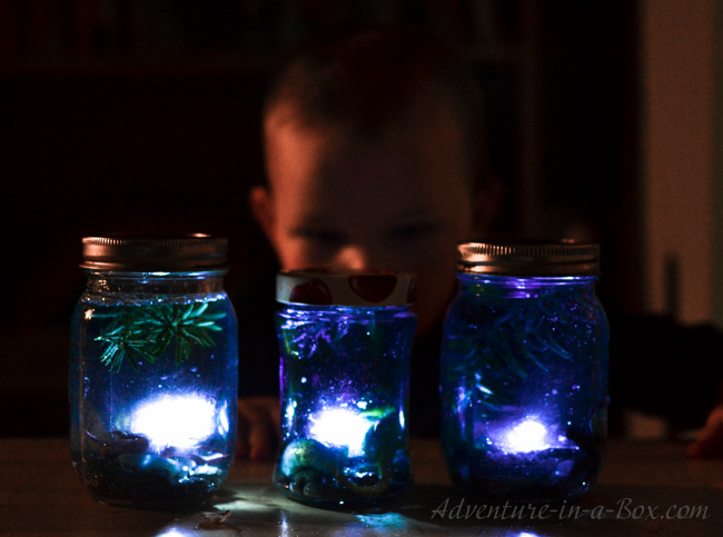 Underwater I Spy Jars: let kids fill old mason jars with rocks and shells from the beach to turn them into underwater worlds and play I Spy games. A fun summer craft for kids of different ages!