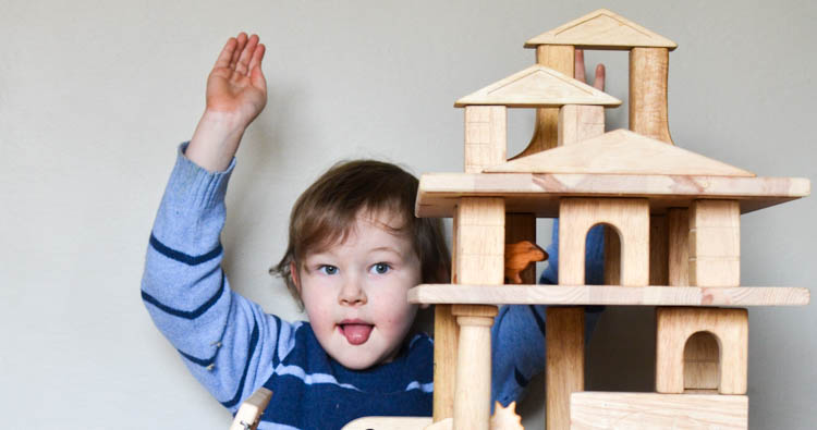 Build Doll Houses, Garages and Towers with Wooden Blocks!